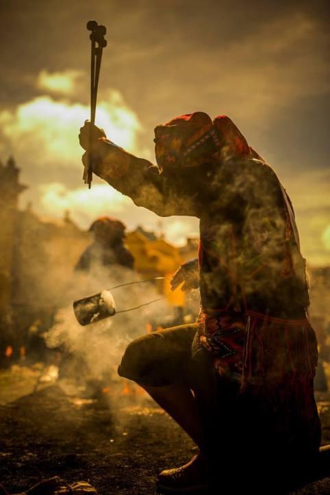 Ceremonia Maya bendiciendo las baquetas para la marimba en Chichicastenango foto por Ivan Castro. - La ciudad de Chichicastenango