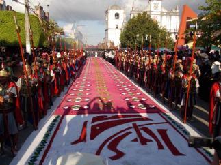 Procesion en Coban Alta Verapaz foto por Oscar Chun - Galería - Fotos de las Tradicionales Alfombras de la Cuaresma y Semana Santa
