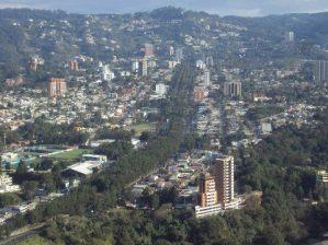 Ciudad de Guatemala, Boulevard Vista Hermosa, Zona 15 - foto por Heber Pazos.