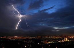 Ciudad de Guatemala con tormenta foto por Arturo Saravia Altolaguirre - Galería – Fotos de la Ciudad de Guatemala