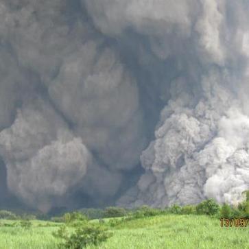 Volcán de Fuego el 13 de Septiembr 2012 Foto por CONRED e INSIVHUME - Galería – Fotos de la Erupción del Volcán de Fuego, Septiembre 13, 2012