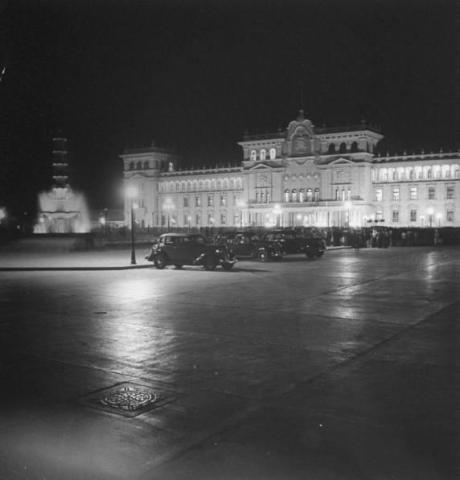 El Palacio Nacional, iluminado por la noche en 1953