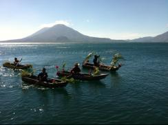 Baktun 13, desfile de kayucos adornados - foto por Eduardo Rodriguez