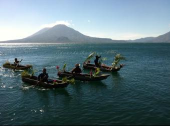 Baktun 13 desfile de kayucos adornados foto por Eduardo Rodriguez - Galería – Fotos de la Celebración del Baktún 13, Guatemala 2012