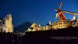 Procesión Jesus Nazareno del Perdon pasando por la catedral Antigua Guatemala foto por Werner Schlemmer e1364842765145 - Galeria - Fotos de La Cuaresma y Semana Santa en Guatemala