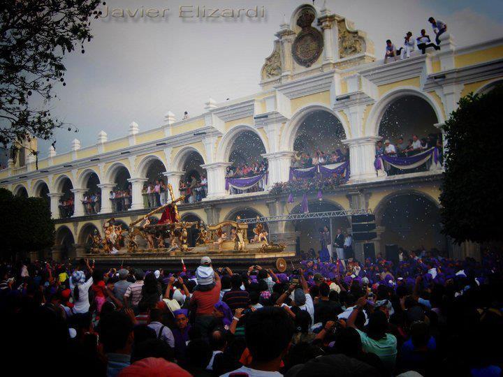 Procesion Semana Santa en Antigua Guatemala foto por Javier Elizardi - ¿Ya conoces los 10 asuetos oficiales que trae 2017?