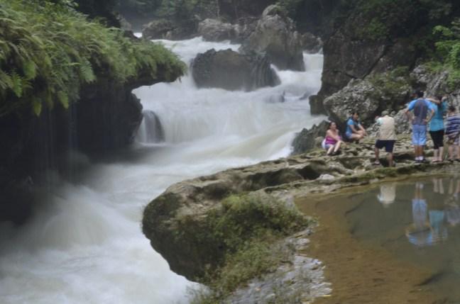 Guarda Recursos tomando una fotografía a los visitantes en un área autorizada y supervisada - Guía Turística - Semúc Champey, Alta Verapaz