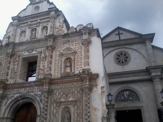 Iglesia católica de Xela acá se aprecian las dos fachadas la fachada antigua y la nueva - Guía turística - Fuentes Georginas