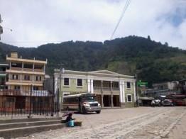 Parque central de Zunil en este lugar puedes contratar taxis o pickups que te llevarán a Fuentes Georginas - Guía turística - Fuentes Georginas