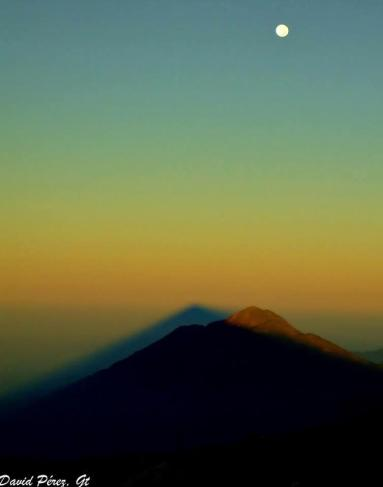 Amanecer en el volcán Tajumulco volcán más alto de C.A. 4220 m la sombra sobre el volcán Tacaná y la luna adornando foto por David Perez - Galería - Fotos de Guatemala por David Pérez
