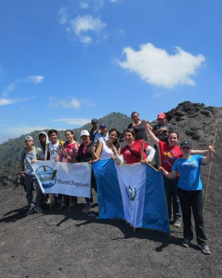 Grupo de amigos con la bandera de Guatemala y MundoChapin.com  - Guía Turística - Volcán de Pacaya