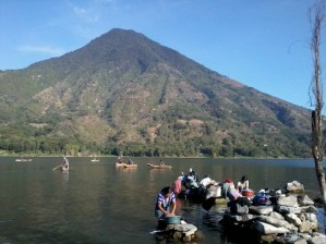 Pequeños cayucos son utilizados para la pesca artesanal - Guía Turística - San Juan La Laguna, Sololá