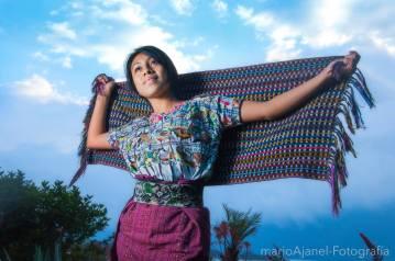 Chapina con su traje tipico en Sololá foto por Mario A Ajanel - Los coloridos trajes indígenas de Guatemala