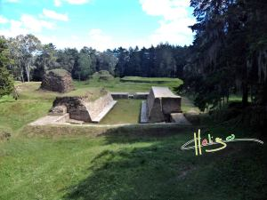 El campo del juego de pelota de los Mayas en el centro sagrado de Gumarkaj foto por Rodrigo Contreras 300x225 - La Caída de Qumarkaj (Q'uma'rkaj)