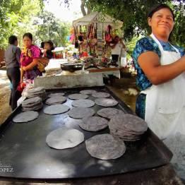 Tortillas negras en el comal - foto por Dany Lopez