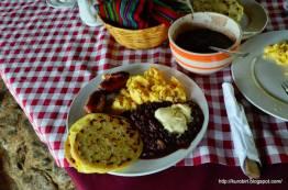 comida - Desayuno Chapín en Acul, Quiché - foto por Acuarela Chapina