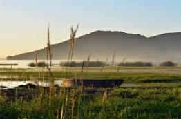playa el remate al fondo se observa el biotopo cerro cahui el cual se caracteriza por su semejanza con un cocodrilo foto por rony rodriguez petenguatemala01 - Galeria de Fotos de Guatemala por Rony Rodriguez