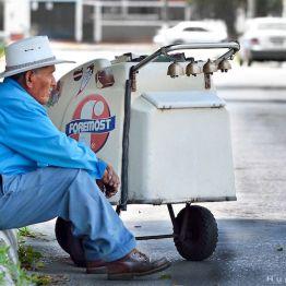 Señor trabajador tomando un merecido descanzo - foto por Hugo Altán