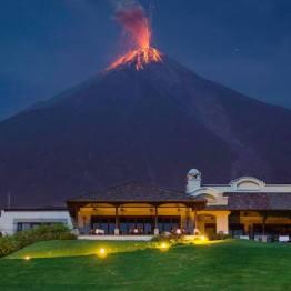 Volcán de Fuego desde La Reunión Golf & Resort en Alotenango, Guatemala a la 1 09 am el 17 de Abril, 2014 - foto por Marcelo Jimenez Foto & Video