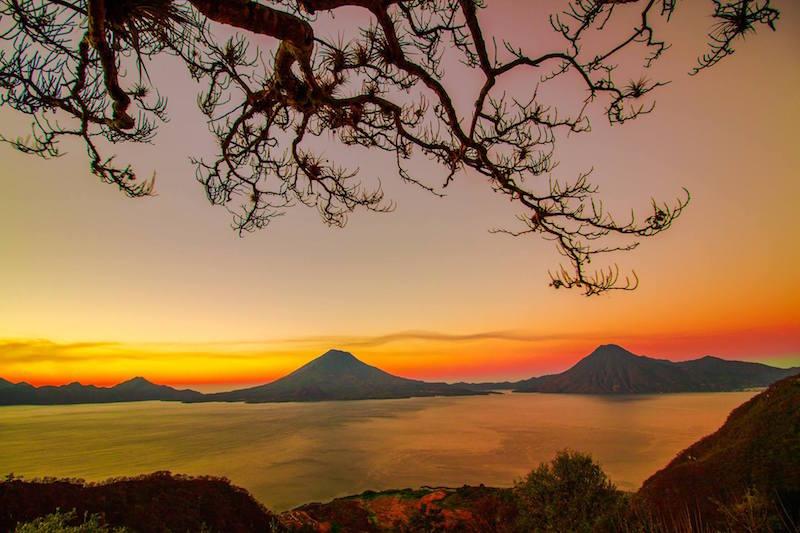 amanecer en el lago de atitlan foto por richard de la roca - 5 lugares imperdibles en Guatemala