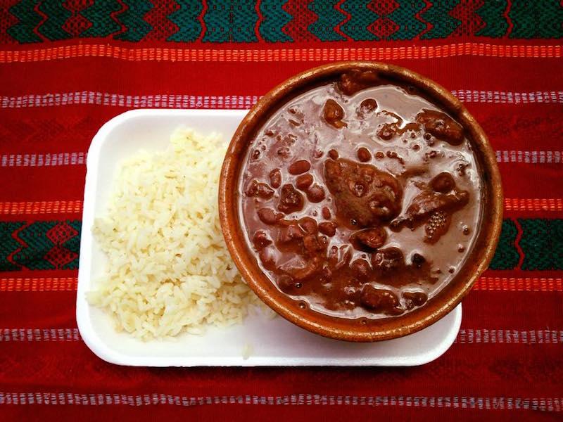 comida frijoles colorados con chicharron foto por la pagina antigua guatemala - 19 platos que debes probar en Guatemala