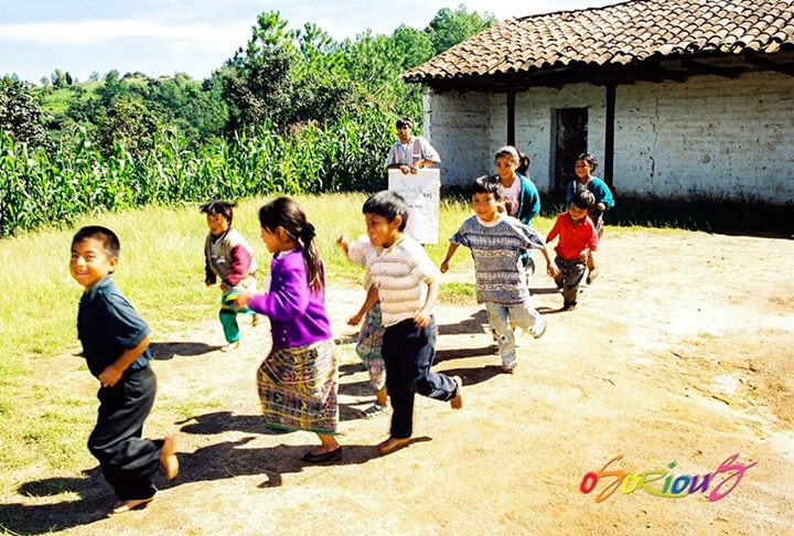 la escuela el profesor y los nincc83os en quiche foto por osorious oso - Día de los Inocentes