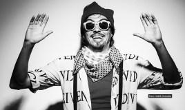 IshtoJuevez, el cantautor que inició su carrera cantando en buses