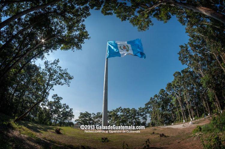 monumento a la bandera interior brigada militar mariscal zavala foto por galas de guatemala - La bandera que identifica a los Guatemaltecos