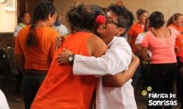 Una bata blanca y una nariz roja regalan alegría a Guatemala