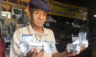 El artista Anselmo Gámez construye carros clásicos con latas recicladas