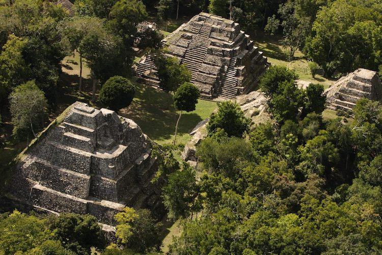 yaxha monumental acropolis norte foto por renato rodas avila - 10 Lugares que conocer en Petén