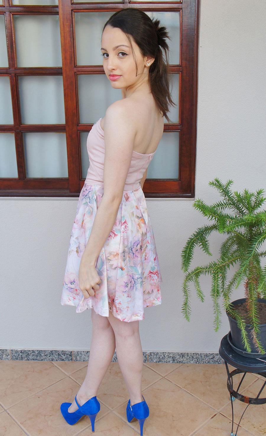 Look Vestido Florido Rosa e Sapato Azul