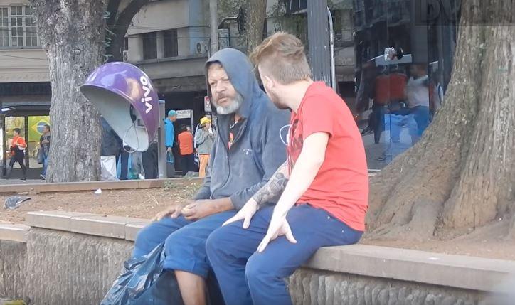 Vejam a atitude deste morador de rua