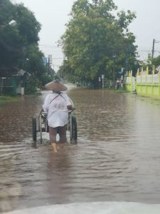 photos flooding road in buengkan