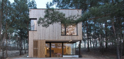 Casa de campo pequeña con moderna estructura de madera