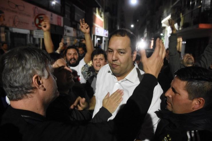 Pablo Flores, rodeado de trabajadores, tras conocerse el triunfo de la Lista Azul y Blanco