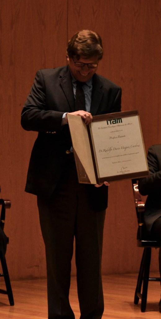 Dr. Rodolfo Darío Vázquez Cardoso con su nombramiento de profesor emérito. FOTO: ITAM