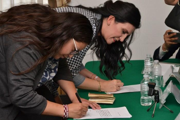Candidatas al Senado firmando el acuerdo