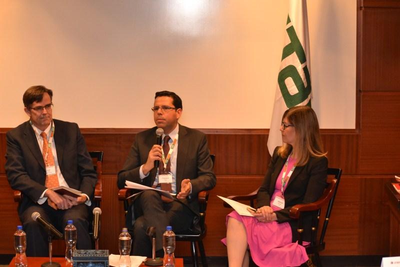 Prof. Paul Carlile, Dr. Francisco Pérez y Gabriela Alvarado en el evento de administración en América Latina