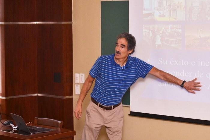 Dr. Eduardo Morales exponiendo sobre los robots autónomos