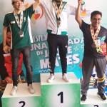 Ganadores de ajedrez recibiendo sus medallas