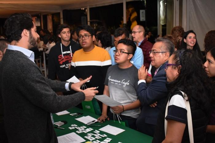 Asistentes de la Noche ITAM reciben información general sobre admisiones. FOTO: ITAM