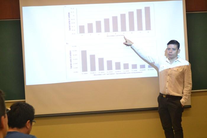 Dr. Aldo Ponce exponiendo sobre la relación entre las elecciones y la violencia