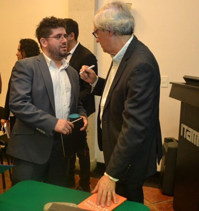 Manuel Atienza dialogando un alumno FOTO: ITAM
