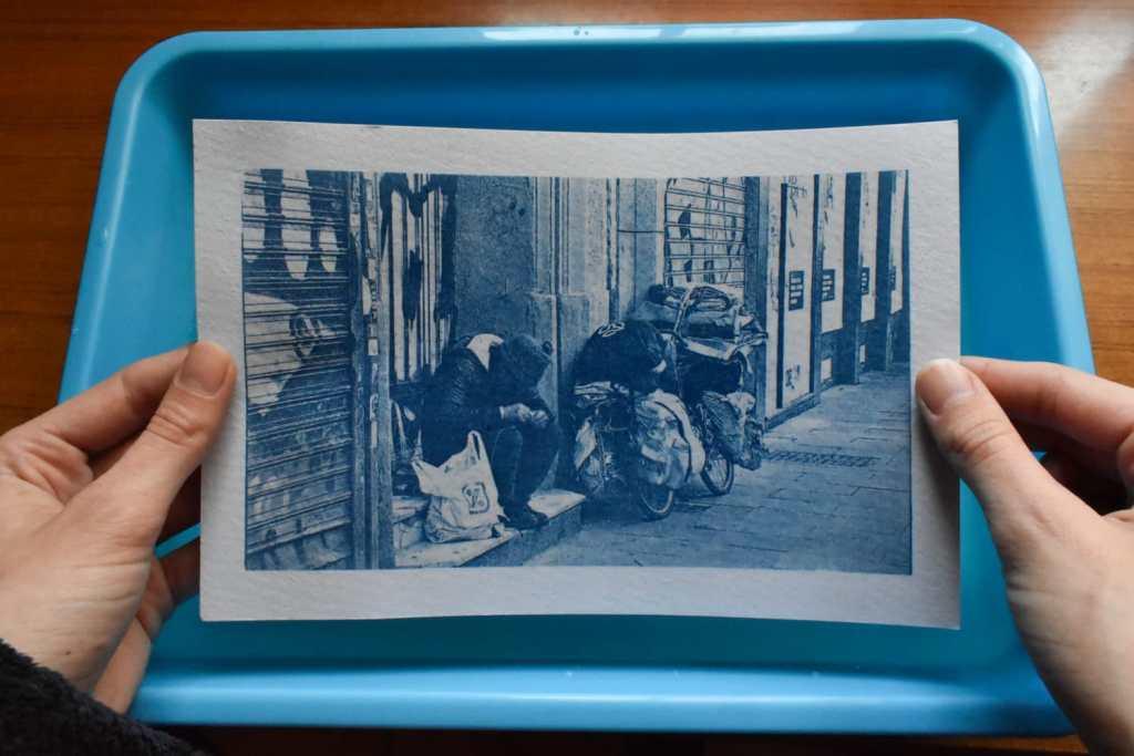 Resultado cianotipia de fotografía de calle
