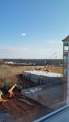 Disco OVNI blanco flotando sobre lugar de construcción en Virginia el 15 de marzo de 2018