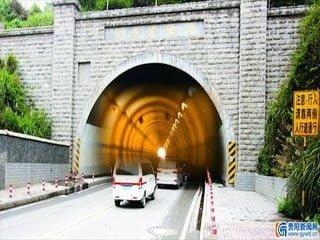 Curioso efecto de retroceso de la hora de teléfonos móviles en un túnel en China – 30 de mayo 2013