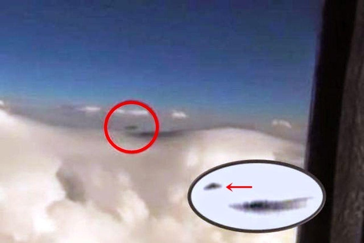 OVNI negro con forma triangular grabado desde un avión