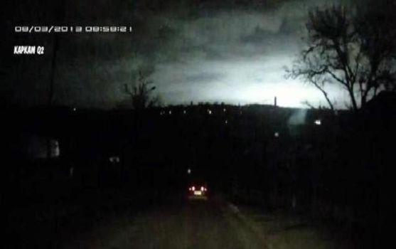 Destello de luz blanco azulado sobre el cielo nocturno en Rusia