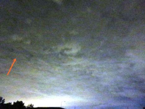 OVNI con forma de Delta en las nubes sobre Morrisville